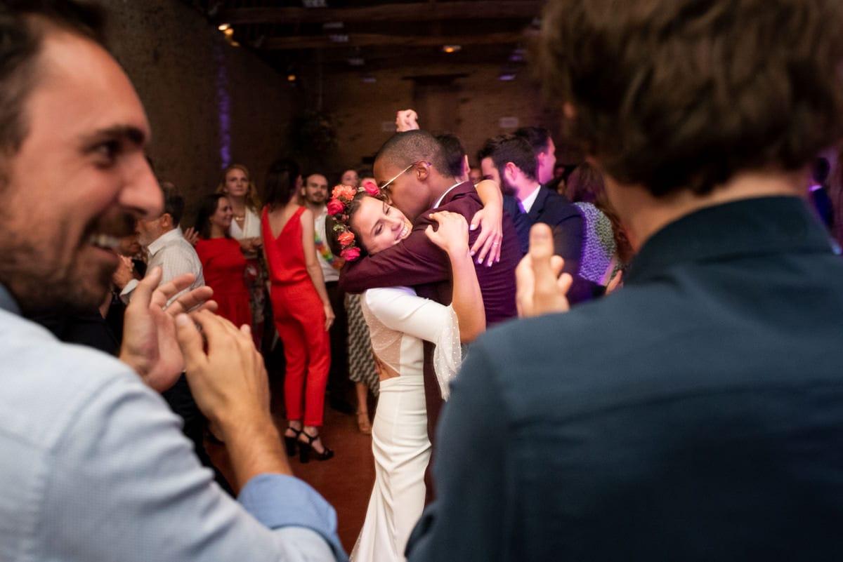 Les mariés s'embrassent sur la piste de danse.