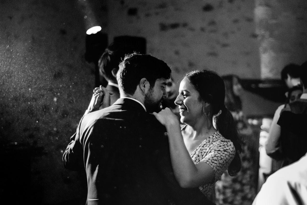 les invités dansent un slow au château de l'eperonnière.