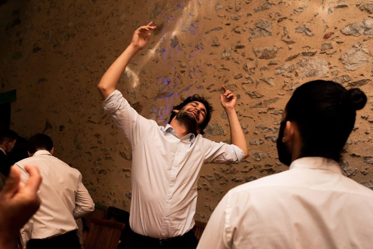Photo au flash lors d'un soirée de mariage.