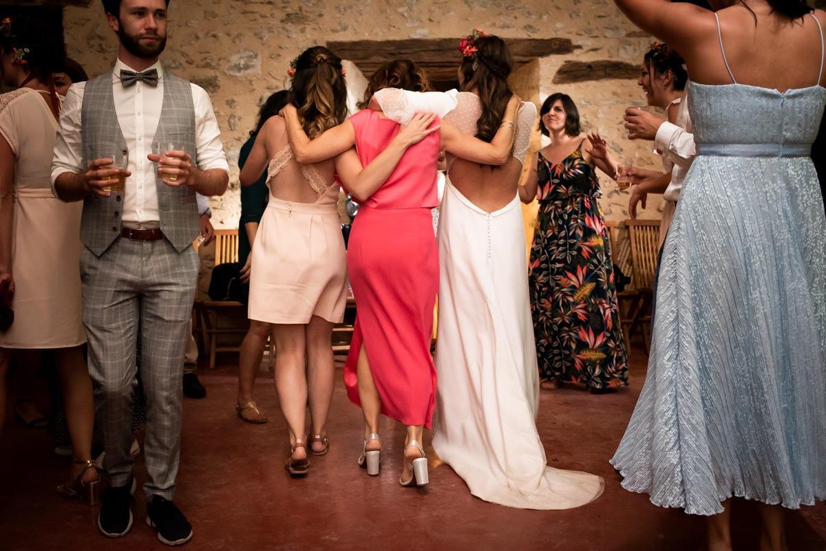 La mariée, sa mère et sa soeur de dos, comme les trois grâce de Boticcelli.