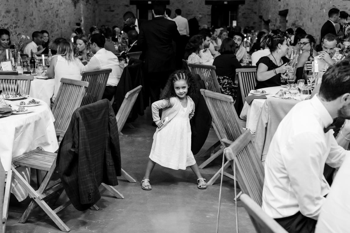 Une petite fille attend l'ouverture du bal au mariage de son oncle.