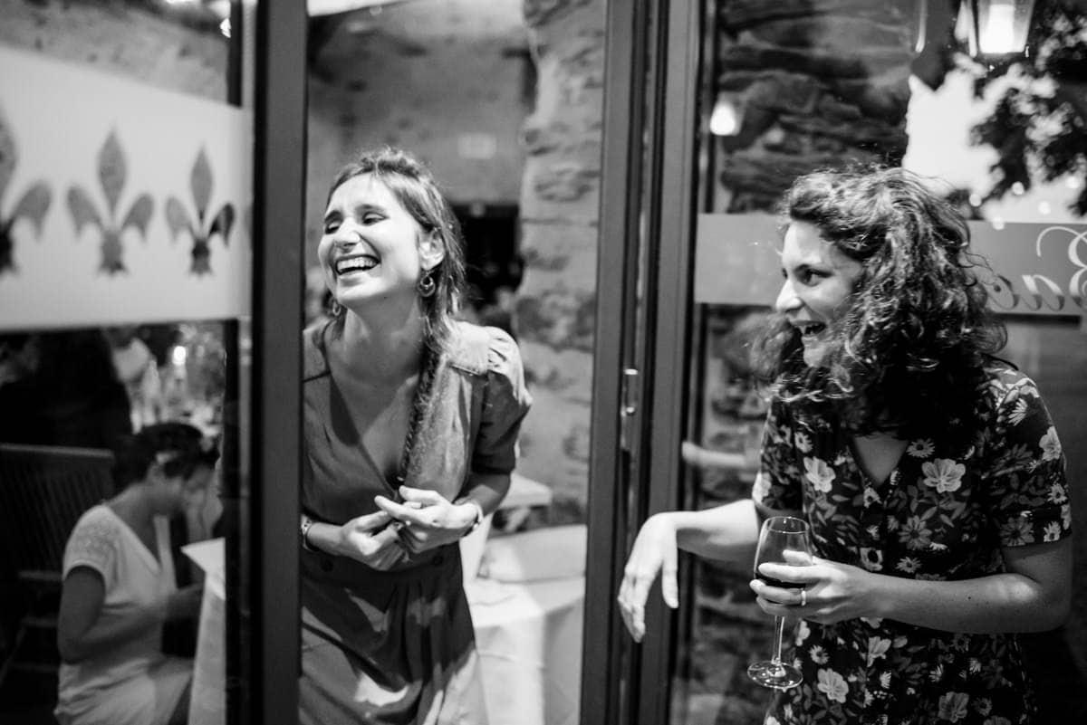 Eclat de rire entre amis au château de l'Eperonnière.