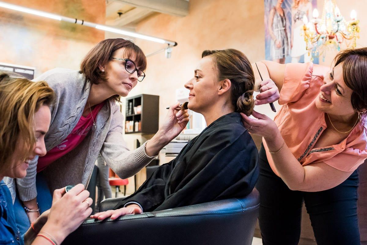 La mariée se fait coiffer et maquiller au salon de coiffure de Loches.