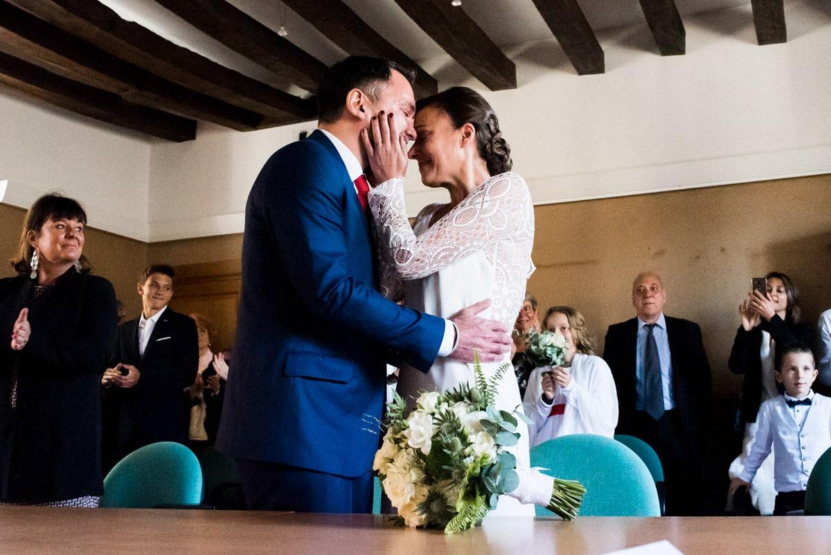 Les mariés s'embrassent à la mairie de Montrésor après avoir échangés leurs voeux.