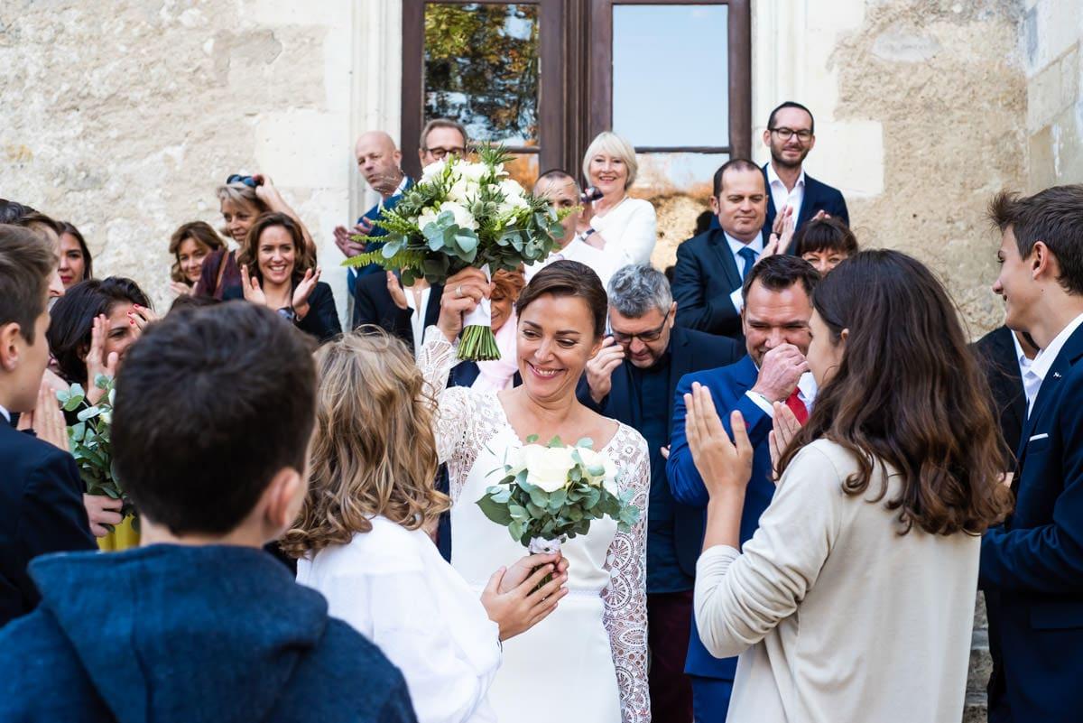 Le groupe d'invités prend la pose devant le château de Montrésor lors du mariage d'une famille recomposée.