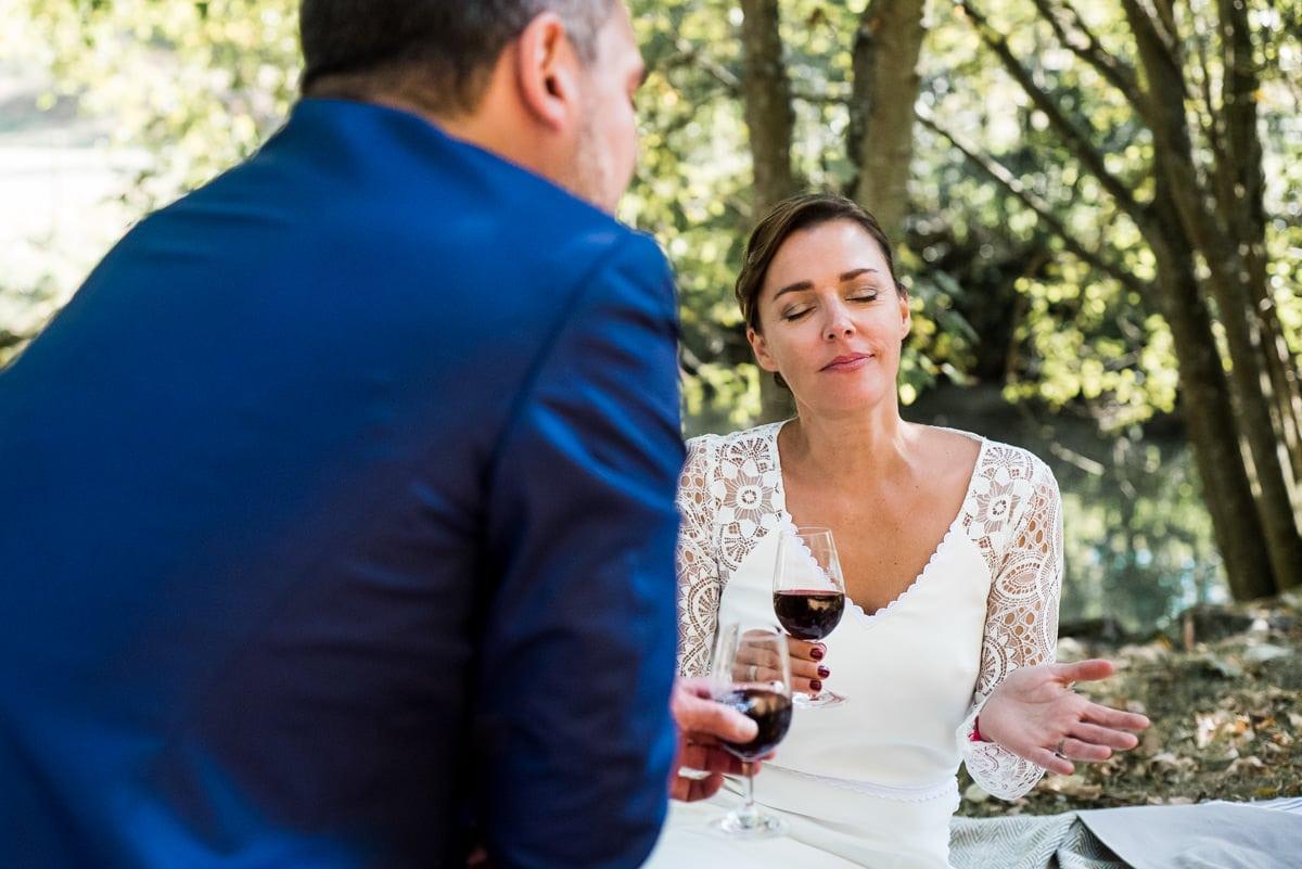 Les mariés lors d'un picnic champètre le jour de leur mariage à Montrésor.