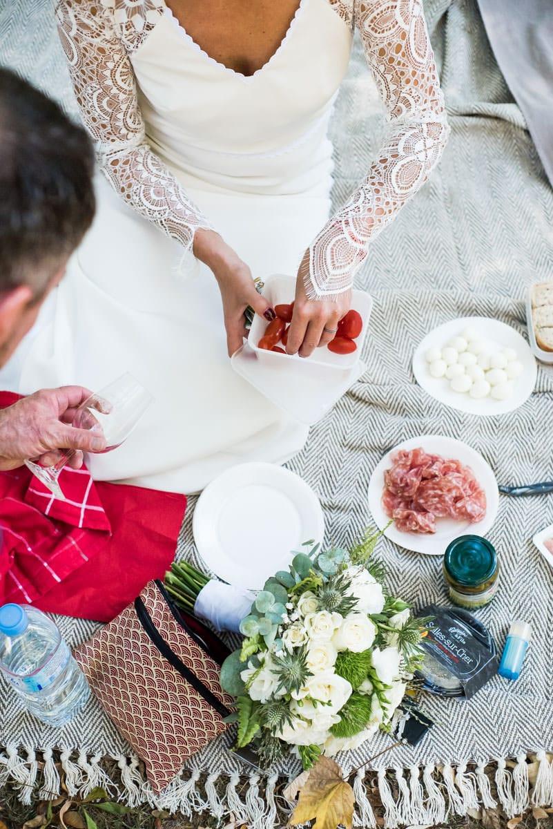 Belle nappe, dentelle et pic nic champètre de mariage à Loches.