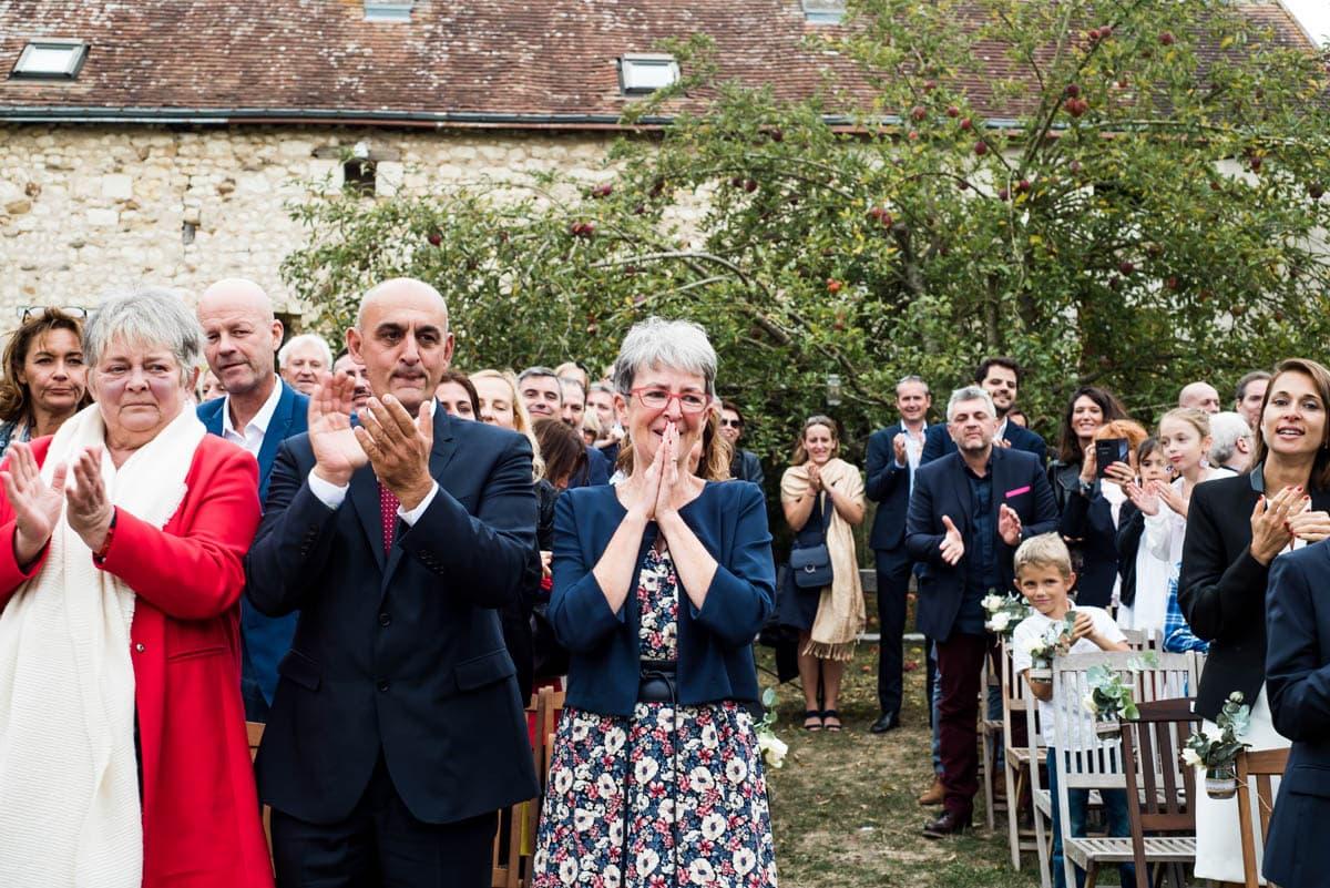 Les invités applausissent les mariés qui arrivent à la cérémonie laïque de leur mariage au domaine de 4 saisons.