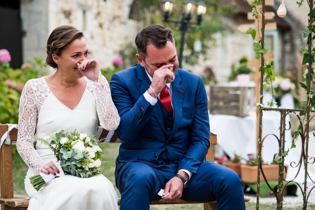 Les mariés essuient une larmes lors de la cérémonie laïque de leur mariage au domaine des 4 saisons à Cussay.
