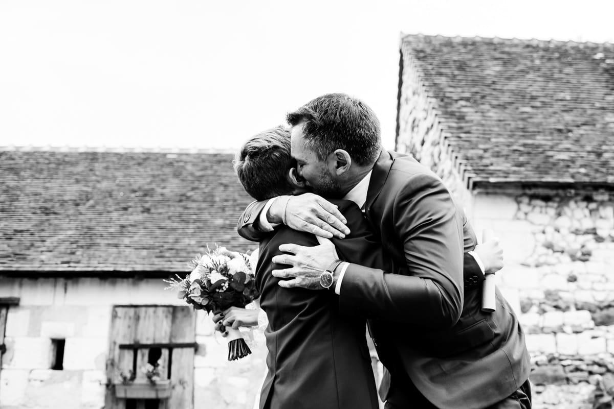 Le marié embrasse sont fils.