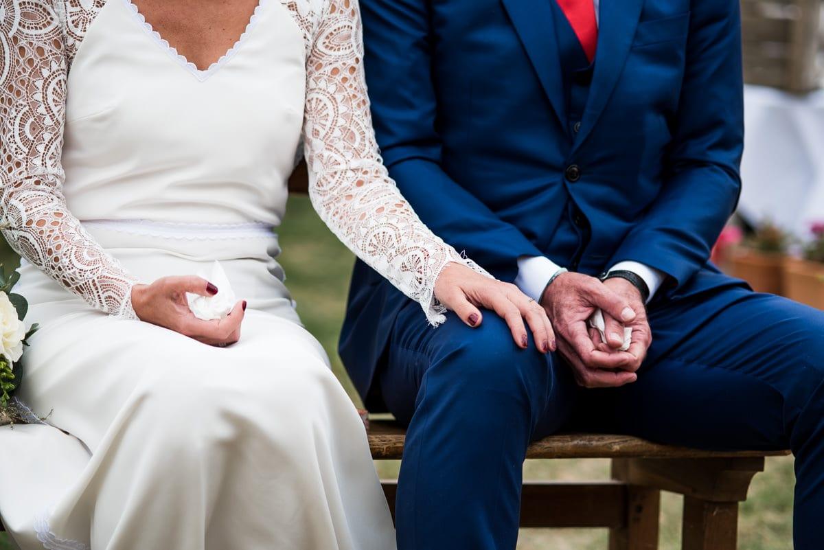Le couple se tient la main lors du discours de leurs enfants au domaine de Cussay.