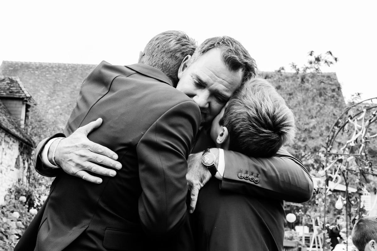 Embrasse entre un père et ses fils au domaine de Cussay.
