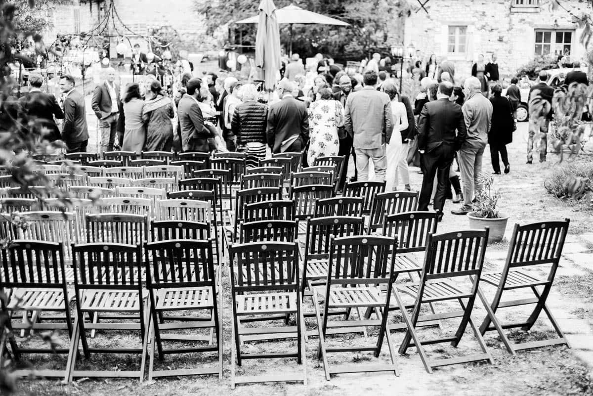 L'assemblée s'est levée à la fin du mariage.