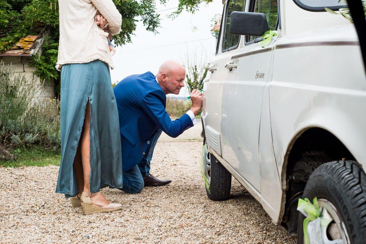 Le livre d'or de mariage est une voiture.