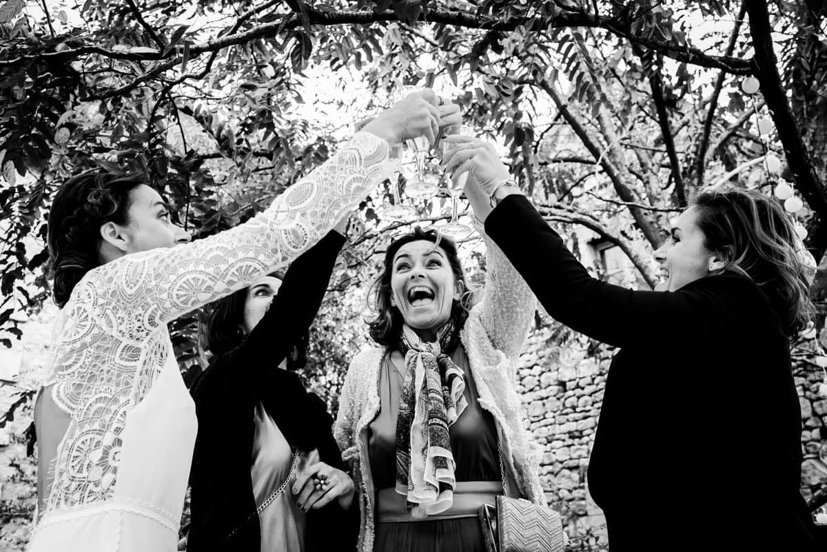 Les amies trinquent à la santé des jeunes mariés.
