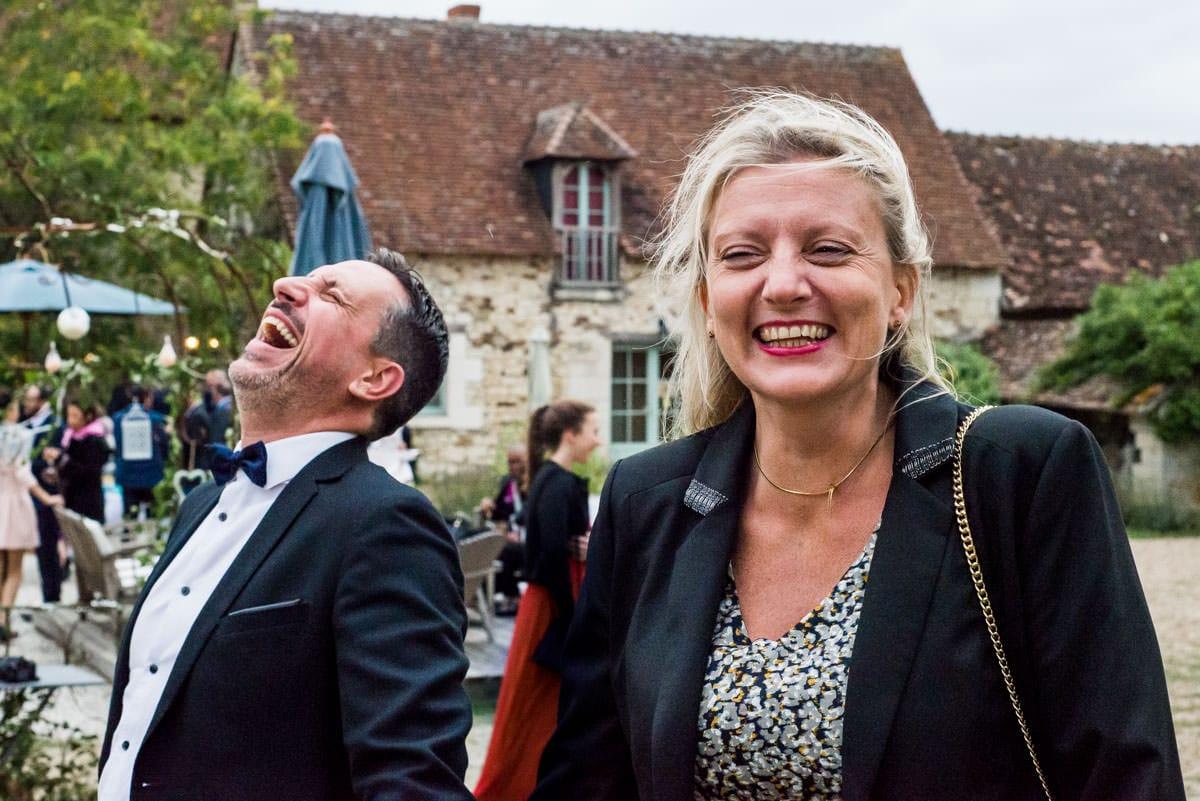 Eclat de rires entre invités de mariage.