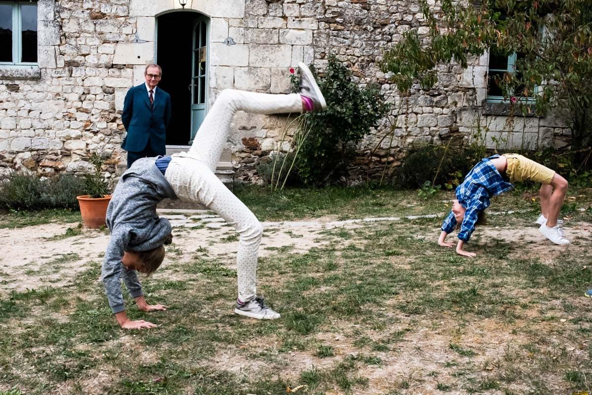 Les enfants font des accrobaties dans les jardins du domaines des 4 saisons à Cussay.