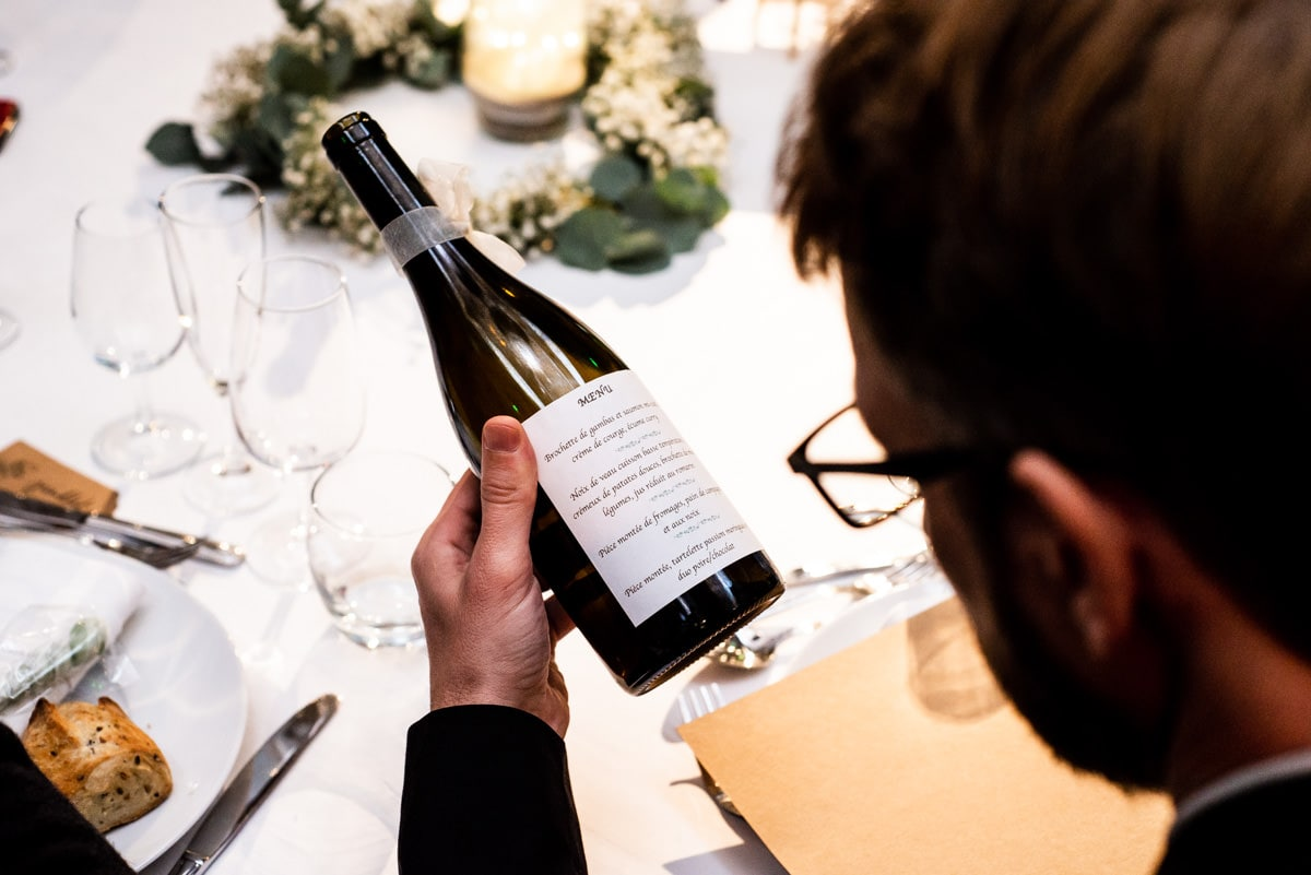 Le menu est inscrit sur les bouteilles de vin.