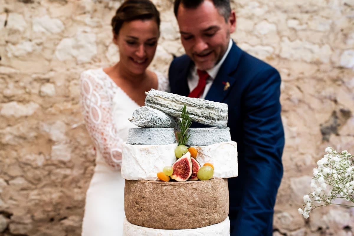 Les mariés devant la pièce montée de fromage.