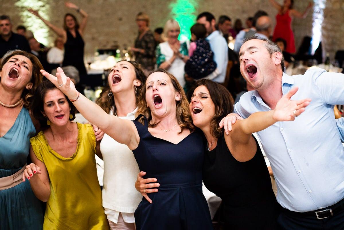 Les invités en pleine danse lors du mariage à Cussay.