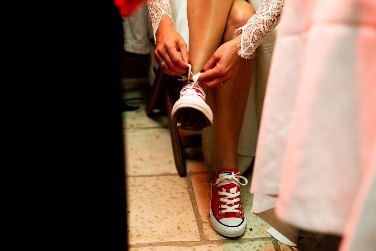La mariée porte des converses rouges et une robe Sophie Sarfati pour son mariage.