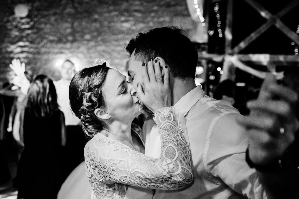 Les mariés ouvrent le bal.