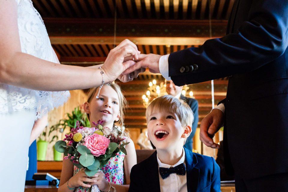 Les enfants des mariés sont admiratifs de leurs parents qui se marient en petit comité à Nantes.